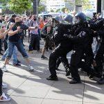 Alemania: Centenares de personas han desafiado en Berlín la prohibición de protestas con más de cincuenta personas como medida